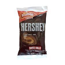 ¡Triple placer Hershey's! Bizcocho de chocolate Hershey's relleno de mousse de chocolate Hershey's y cubierto de una fina capa de chocolate con leche Hershey's